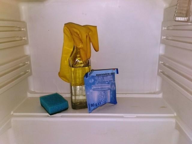 Soda oczyszczona i ocet to sprawdzone domowy sposób na wyczyszczenie sprzętu AGD.