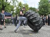 Ale w nich siła! Podnosili ciężary, a dziewczyny piszczały... (wideo)