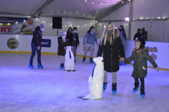 Zimą jedną z ulubionych rozrywek nie tylko dzieci, jest jazda na łyżwach. W tym roku korzystanie z takich atrakcji utrudnione jest nie tylko ze względu na pogodę, ale i pandemię. Na razie jednak, miłośnicy łyżew mogą poszaleć na lodowisku w Bałtowskim Kompleksie Turystycznym.Naturalne, kryte lodowisko, chłodzone jest za pomocą nowoczesnych urządzeń, może więc służyć także przy dodatnich temperaturach. Tafla ma 600 metrów kwadratowych powierzchni, a jazdę umila muzyka.W weekendy organizowane są treningi przy muzyce serwowanej przez Dja. W sobotę, 19 grudnia odbędą się trzy takie sesje treningowe- od godziny 19:50 do 20:50, od 21:20 do 22:20 oraz od 22:40 do 23:40. W kolejne dni lodowisko będzie czynne:[lista][*]20 grudnia: 10:00 – 21:00[*]21 – 23 grudnia: 14:00 – 21:00[*]Wigilia [24.12] – nieczynne[*]25 grudnia – 14:00 – 21:00[*]26 grudnia – 10:00 – 21:00[*]27 grudnia – 10:00 – 21:00[/lista]Zobaczcie zdjęcia z super zabawy na lodowisku>>>