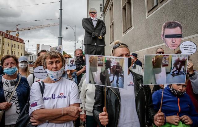 Mieszkańcy Ujeściska protestujący przed gdańskim Sądem Okręgowym