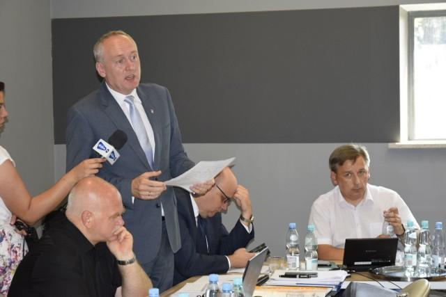 Burmistrz Rawy Mazowieckiej Dariusz Misztal nie otrzymał absolutorium za rok 2017. Podczas sesji rady miasta, która odbyła się w czwartek, 21 czerwca, radni większością głosów postanowili nie zaakceptowali sprawozdania z wykonania budżetu za rok 2017. Przeciw udzieleniu burmistrzowi absolutorium było 11 radnych, za udzieleniem absolutorium głosowało 2 radnych a dwóch wstrzymało się od głosu.