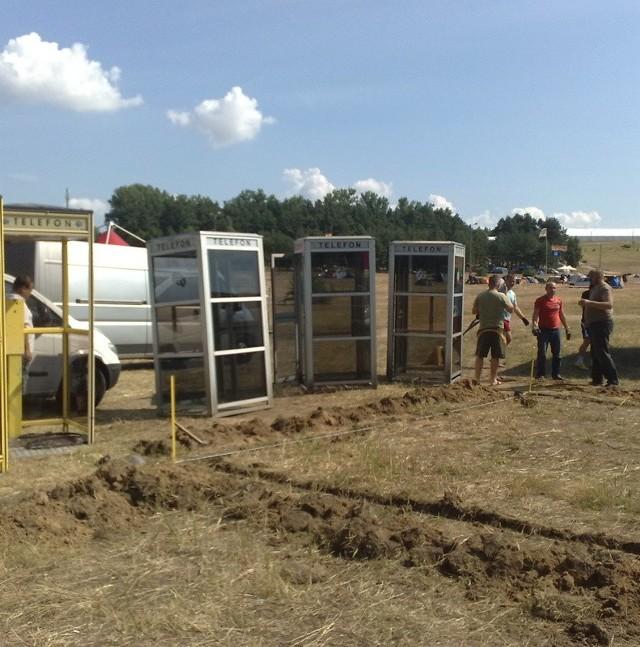Ekipa montowała dziś budki telefoniczne na woodstockowym polu