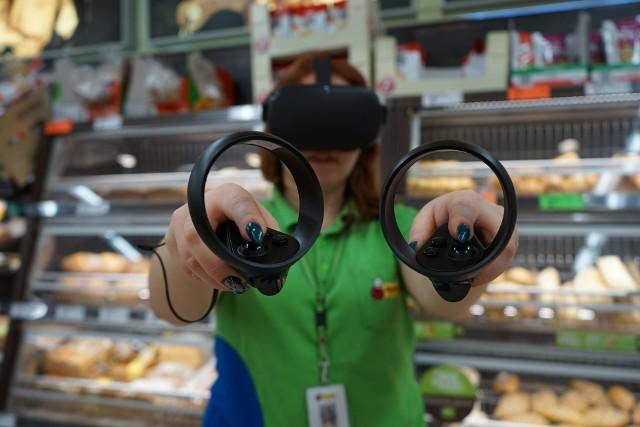 W obu dłoniach joysticki, na oczach specjalne gogle do wirtualnej rzeczywistości. Biedronka szkoli pracowników z duchem czasu.