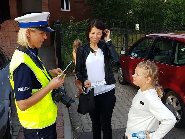"""Przed szkołami w Białogardzie pojawili się policjanci ruchu drogowego w związku z policyjną akcją """"Bezpieczna droga do szkoły"""". Rodzice otrzymywali ulotki informacyjne natomiast ich pociechy odblaskowe opaski, dzięki którym poprawi się ich widoczność na drodze po zmierzchu. Zobacz także: Szczecinek: Rozpoczęcie roku w Szkole Podstawowej nr 6 w Szczecinku"""