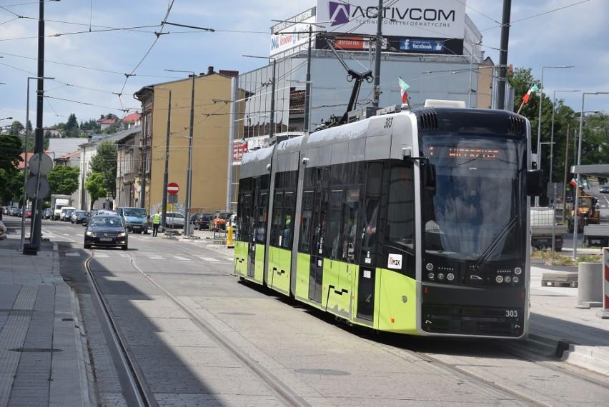 Nowe tramwaje jeżdżą po nowych torowiskach w centrum Gorzowa...