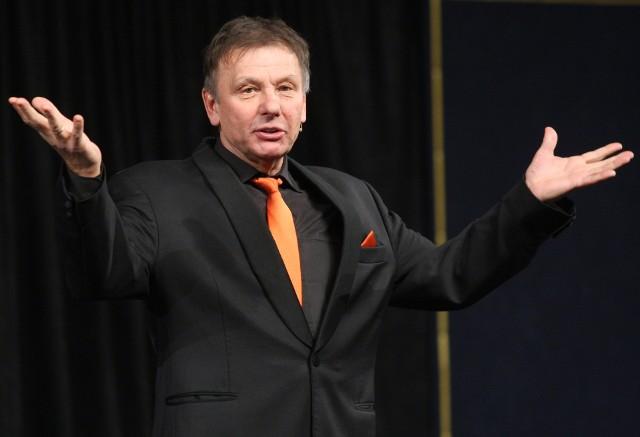 """Zenon Laskowik przedstawienie """"Spotkanie kolesiów"""" prezentuje przy Masztalarskiej,  tam gdzie kiedyś był Tey"""