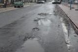 Mnożą się dziury na łódzkich ulicach. Deszcz ze śniegiem i poranne przymrozki szkodzą nawierzchni