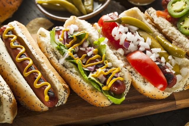Hot-dogi, który zwykle kojarzą nam się z amerykańską budką z fast-foodami, tak naprawdę pochodzą z Niemiec.