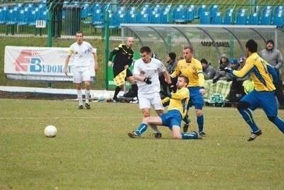 Pomocnik Okocimskiego Piotr Darmochwał (w białej koszulce) walczy o piłkę z zawodnikami Motoru FOT. PAWEŁ WÓJCIK