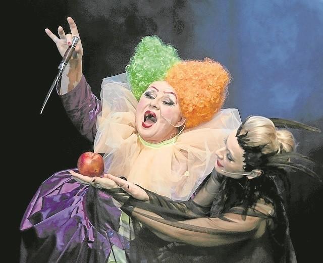 Zła Wiedźma (w tej roli Małgorzata Talarczyk) wręcza zatrute jabłko okrutnej Macosze (gra ją Beata Buczek-Żarnecka)