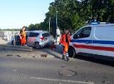 Wypadek dwóch samochodów i potrącenie pieszego przy mostach Warszawskich we Wrocławiu