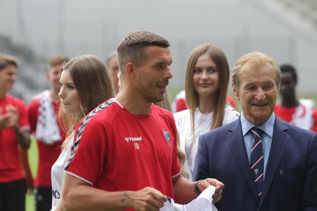 Zabrze, prezentacja Łukasza Podolskiego w towarzystwie największych klubowych legend Górnika. Sprowadzenie byłego mistrza świata to marketingowy majstersztyk KSG. Czy sportowo to także dobry ruch, dopiero się okaże.
