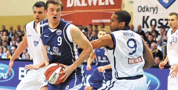 W ostatnim meczu – derbach Pomorza – Kotwica uległa w Koszalinie AZS-owi 71:75. W niebieskim stroju Piotr Stelmach, kapitan kołobrzeżan.