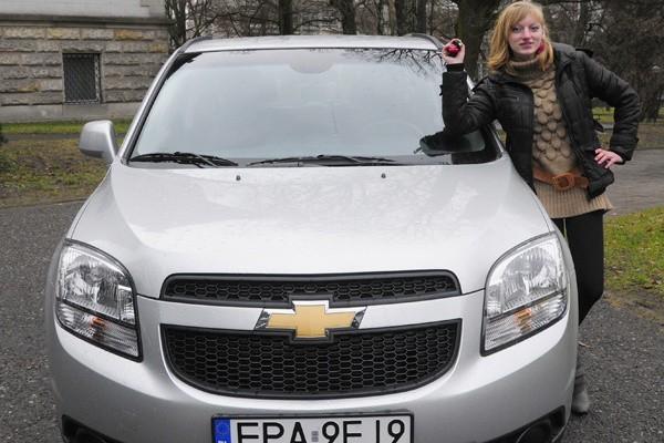 Justyna i jej wygrany chevrolet.