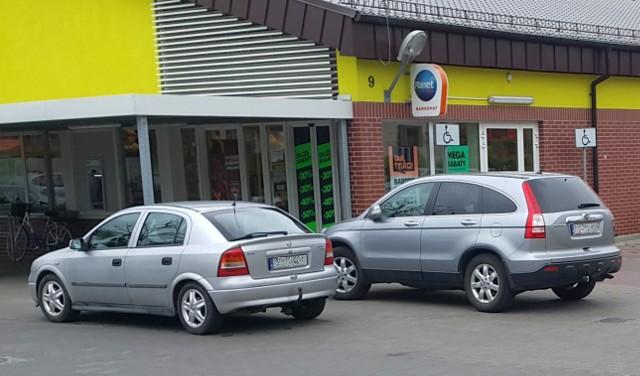Autodranie zaparkowali tuż przy wejściu do sklepu w Żaganiu