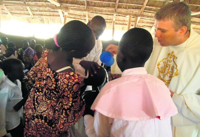 Podczas mszy św. na stadionie zbiorą pieniądze na wodę do Domu Nadziei