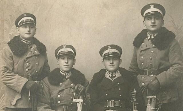 Muzeum szuka śladów mężczyzn ze zdjęcia. Poza jednym, pozostali anonimowi.
