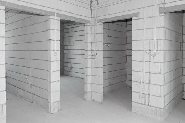 Budowa domu to inwestycja na wiele lat. Wybierając materiały do budowy domu, należy kierować się własnymi możliwościami, pamiętając jednak o spełnieniu swoich potrzeb i oczekiwań.