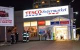 Nocna ewakuacja Tesco w Katowicach. Kto rozpylił drażniącą substancję? ZDJĘCIA