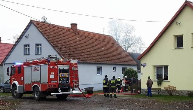 Do pożaru domu doszło w poniedziałek 7 listopada po godz. 9.00 na ul. Okrężnej w Zaborze. Na miejsce pojechały trzy jednostki straży pożarnej.Po przyjeździe strażaków na miejsce okazało się, że doszło do zapalenia sadzy w kominie. Strażacy mieli utrudnione zadanie, bo komin był mocno zanieczyszczony.Jak poinformował nas dyżurny zielonogórskich strażaków, około godz. 9.45 pożar był już opanowany. Strażacy zabezpieczali miejsce. Teraz kominiarz będzie musiał określić stan uszkodzenia komina w domu przy ul. Okrężnej i wydać opinię co do jego użytkowania. Zobacz też:  Pożar bloku w Zielonej Górze. Trzy osoby ciężko ranne. Około 100 osób ewakuowano [ZDJĘCIA]