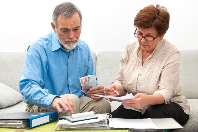 """Przeciętna emerytura w Łódzkiem wynosi  ledwie 2.112 zł brutto, co po odjęciu podatku i składki zdrowotnej daje kwotę nieco ponad 1.700 zł na rękę. Tegoroczna waloryzacja niewiele zmieniła – podwyżki sięgnęły 3 proc.  Dlatego będąc w wieku emerytalnym, warto wykorzystać wszystkie możliwości podwyższenia świadczenia. Jedną z takich możliwości jest dorabianie do emerytury. Jest to podwójnie korzystne: po pierwsze – zarabia się dodatkowe pieniądze, które uzupełniają comiesięczny budżet, a po drugie – dodatkowo przepracowany okres oraz osiągnięte w nim zarobki mogą podwyższyć wysokość świadczenia. Bez ograniczeńEmeryt, który osiągnął powszechny wiek emerytalny, nie ma żadnych szczególnych ograniczeń w podejmowaniu pracy. Może dorabiać na etacie czy umowie o pracę dowolnie dużo, bez konsekwencji dla swojego świadczenia z ZUS. Bez ograniczeń może też dorabiać osoba pobierająca rentę inwalidy wojennego oraz inwalidy wojskowego, którego niezdolność do pracy ma związek ze służbą wojskową. To samo dotyczy osoby pobierającej rentę rodzinną, przysługującą po osobie uprawnionej do wcześniej wymienionych świadczeń, której śmierć miała związek ze służbą wojskową.Dorabianie na wcześniejszej emeryturzeCałkowita wolność dorabiania' z której cieszą się """"zwykli"""" emeryci, nie obejmuje osób przebywających na """"starej"""", wcześniejszej emeryturze, ani też tych nielicznych osób, które zdołały nabyć prawo do wcześniejszej emerytury pomostowej. Nie obejmuje również rencistów, pobierających rentę z tytułu całkowitej lub częściowej niezdolności do pracy oraz rentę rodzinną (za wyjątkiem wspomnianej wyżej renty rodzinnej po inwalidzie wojennym lub wojskowym). Osoby te, decydując się na podjęcie zatrudnienia, powinny mieć na uwadze kilka ograniczeń i obowiązków dotyczących pracy na emeryturze. Rozpoczynając pracę, """"wczesny"""" emeryt i rencista musi powiadomić o tym fakcie ZUS. W tym celu wypełnia formularzu ZUS Rw-73, albo też w inny sposób informuje ZUS – istotne jest, aby z zawiadomienia wynikało, """