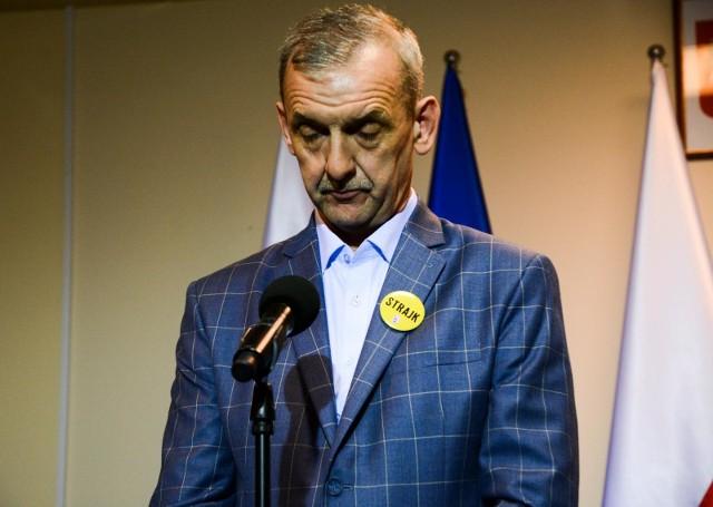Nauczyciele w ostrych słowach komentują decyzję Sławomira Broniarza o zawieszeniu strajku.