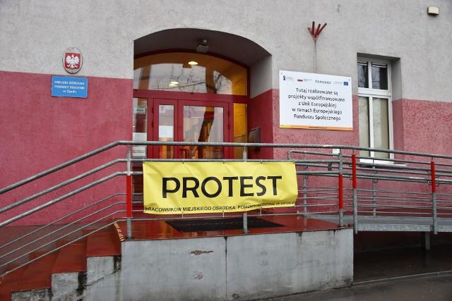 Pracownicy opolskiego MOPR na razie protest ograniczali do oflagowania budynku. Nie wykluczają kroków bardziej radykalnych.