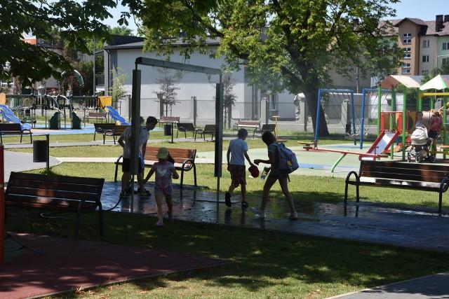 Sporo osób szukało dziś ochłody w tarnowskich parkach i skwerach