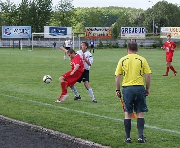 Norbert Toczydłowski z Sokoła (w czerwonym stroju) walczy o piłkę z zawodnikiem Cresovii Siemiatycze (biała koszulka)