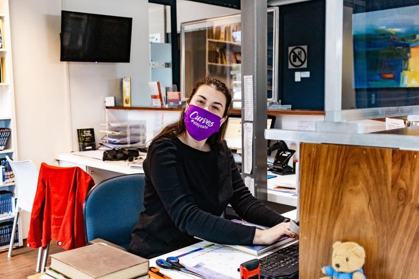 Pracownicy biurowi muszą przebywać w biurze z zasłoniętą...