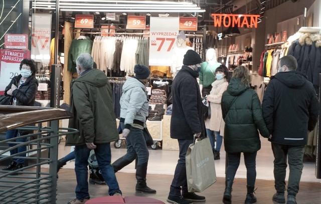 Łódź 1.02.2021 Otwarcie galerii handlowych po lockdownie - zobacz, jaki ruch był w Manufakturze. Oglądaj kolejne zdjęcia.