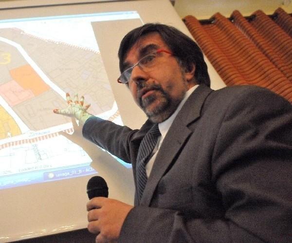 Twórca pomysłów na zagospodarowanie centrum miasta Stanisław Leasser tłumaczył radnym, dlaczego miasto odrzuciło propozycje mieszkańców