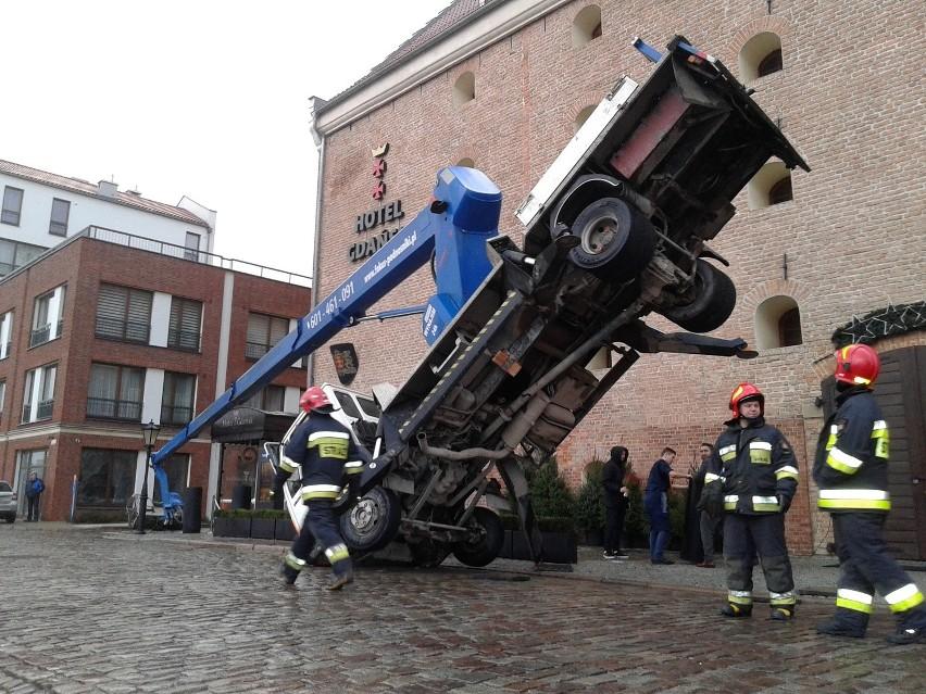 Dźwig przewrócił się w centrum Gdańska. Dwie osoby trafiły do szpitala [ZDJĘCIA, WIDEO]