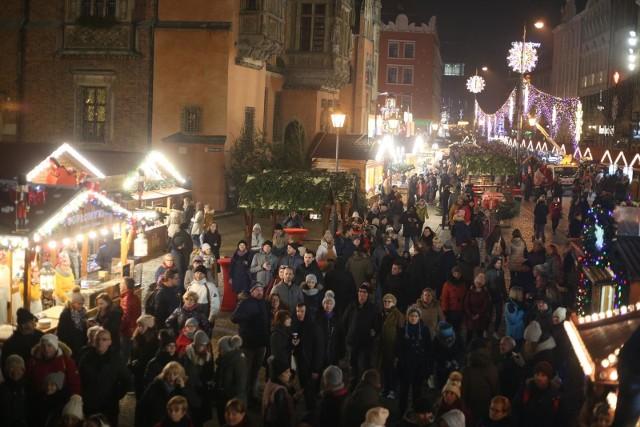 Właśnie ruszył wrocławski Jarmark Bożonarodzeniowy. Oto hity, które co roku cieszą się ogromną popularnością wśród wrocławian i turystów odwiedzających w tym czasie stolicę Dolnego Śląska. Sprawdź, co można kupić na jarmarku w tym roku oraz w jakich cenach. ZOBACZ NA KOLEJNYCH SLAJDACH