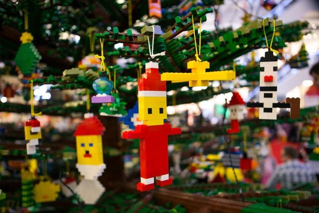 Święta Bożego Narodzenia zbliżają się wielkimi krokami. Jak sprawić, by były niezapomniane ipołączyły małych i dorosłych członków rodziny w radosny, kreatywny sposób? Firma LEGO Polska zaprasza na wyjątkową imprezę dekorowania największej w Europie Środkowej choinki w całości zbudowanej z 200000 elementów LEGO. Dla dzieci i rodziców zostaną udostępnione tysiące klocków LEGO, z których będą mogli zbudować bombki, śnieżynki i inne ozdoby choinkowe według własnego pomysłu. - Już po raz trzeci zapraszamy dzieci i ich rodziców na wielkie dekorowanie choinki LEGO. Co roku impreza przyciąga tysiące uczestników, dając im mnóstwo radości. Podczas tych rodzinnych, świątecznych spotkań dzieci wykazują się niesamowitą inwencją twórczą. Budują niezwykle pomysłowe bombki, konstruują ozdoby, jakie dorosłym nawet nie przyszłyby do głowy! Najpiękniejsze z nich są zawieszane naświątecznym drzewku i w ten sposób powstaje choinka wprost z dziecięcych marzeń i wyobraźni. Przyjdźcie iuczestniczcie w tym wyjątkowym święcie razem z nami - mówi Bartosz Antoniak, Associate Marketing Coordinator wLEGO Polska.Aby sprawić dzieciom jeszcze większą radość, firma LEGO Polska przygotowała dla najmłodszych liczne upominki, którymi będą nagradzane najpiękniejsze ozdoby. Dodatkowo w niedzielę, pod koniec dnia odbędzie się uroczyste zapalenie lampek i choinka LEGO rozbłyśnie setkami światełek. Drzewko będzie można podziwiać w Galerii Krakowskiej do 6 stycznia 2017 roku. Gwiazdowy event odbędzie się w weekend 26-27 listopada w godz. 11-19.00 w Centrum Handlowym Galeria Krakowska w Krakowie. Wstęp jest bezpłatny.