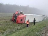Wypadek na S3 koło Skwierzyny. Ciężarówka wypadła z drogi. Kierowcę z kabiny wyciągali strażacy. Zdjęcia