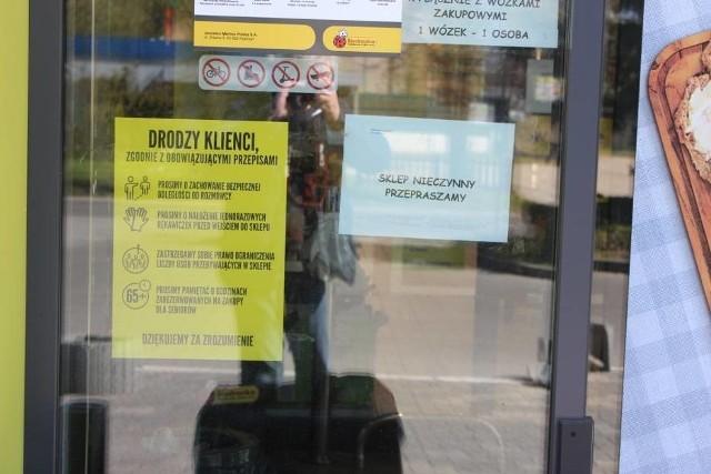 Jedna z kasjerek z Biedronki przy ul. Roosevelta w Gnieźnie jest zakażona koronawirusem. Podjęto decyzję o zamknięciu sklepu.