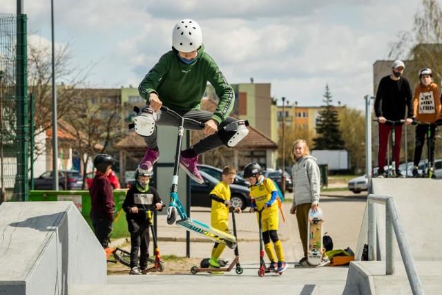 """Młodzież na nowo wybudowanym skateparku w Nowym Fordonie w Bydgoszczy """"testuje"""" przeszkody i poręcze, których pokonywanie na łyżworolkach, deskorolkach, hulajnogach czy rowerach to efektowne akrobacje!"""