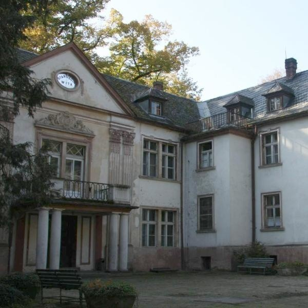 Przed wojną pałac był własnością prywatną niemieckiej rodziny szlacheckiej. Potem była tu m.in. szkoła leśników i baza ZHP.
