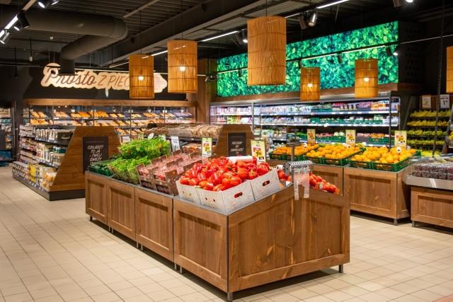 W najbliższy czwartek będzie można wybrać się na zakupy do pierwszego sklepu Netto w Łodzi, który powstał w miejscu likwidowanego Tesco. To placówka przy ul. Dylika 2/6, która została zamknięta 13 maja. Od tego czasu trwał remont.Właściciel sklepów Netto - firma Salling Group - w czerwcu ubiegłego roku poinformowała o kupnie 301 sklepów Tesco w kraju. W marcu tego roku Urząd Ochrony Konkurencji i Konsumentów wydał zgodę na transakcję, w kwietniu rozpoczęła się wielka zmiana szyldów. Tzw. rebranding jednego sklepu trwa od 6 do 14 tygodni, a pierwsze placówki pod nowym szyldem zostały otwarte pod koniec maja, m.in. w Warszawie i Szczecinie.Czytaj dalej