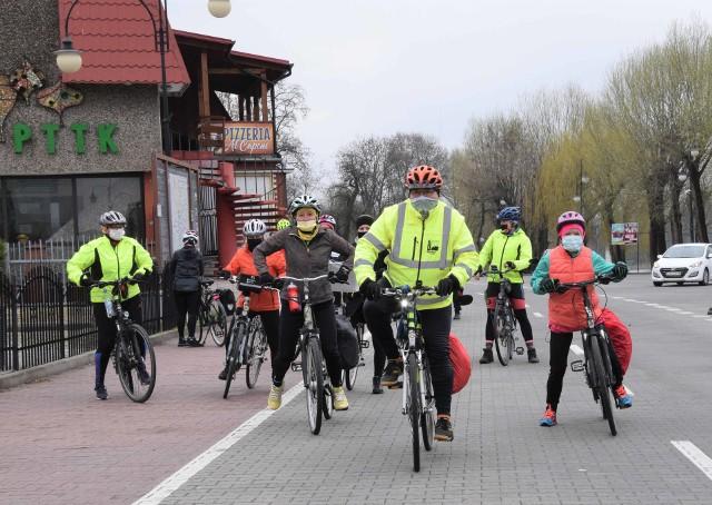W wycieczce zorganizowanej przez Kruszwicką Grupę Rowerową uczestniczyło kilkunastu turystów rowerowych. Przejechali małą pętlą jeziora Gopło