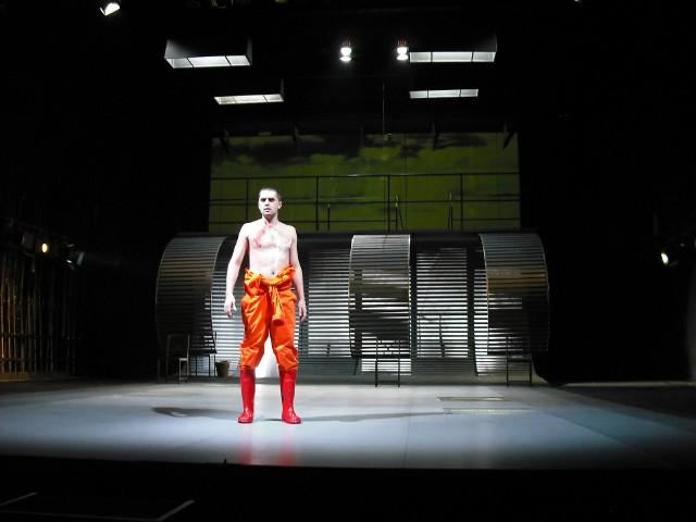 """Scenografia do spektaklu """"Zycie jest snem"""". Bohdan Cieślak jest artystą otwartym na eksperyment. Nie ucieka od oryginalnych i nietypowych rozwiązań"""