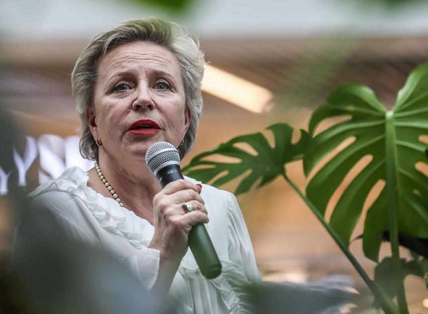 Krystyna Janda to jedna z najwybitniejszych polskich aktorek, właścicielka Teatru Polonia i OCH Teatru. Ma na swoim koncie mnóstwo wyjątkowych ról i nagród