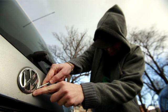 Tylko połowa kierowców jeżdżących najpopularniejszymi wśród złodziei modelami aut, wykupuje dobrowolne ubezpieczenie autocasco. Oznacza to, że w przypadku kradzieży, tylko 50 proc. właścicieli może liczyć na odszkodowanie. Tak wynika z analizy  ponad 12 tys. kalkulacji w kalkulatorze OC/AC mfind.pl Jakie to są samochody i jak często dochodzi do ich kradzieży?Zobacz raport porównywarki OC/AC mfind.pl.By zobaczyć, które samochody najczęściej padają łupem złodziei, poruszajcie się po galerii za pomocą strzałek na klawiaturze. _________________________________________________________________________________ _________________________________________________________________________________