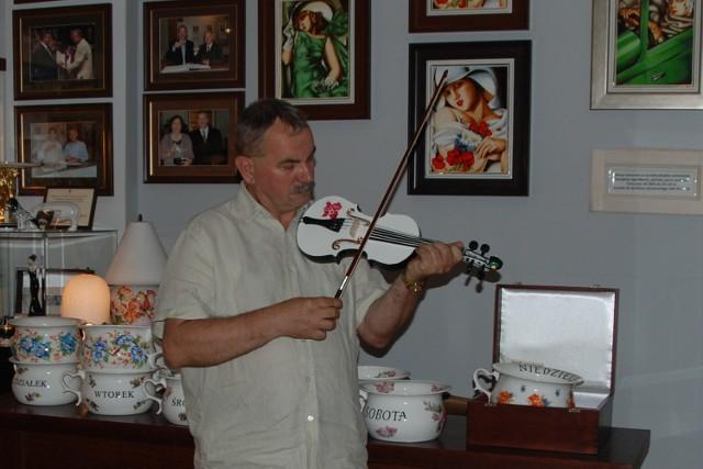 Unikatowe skrzypce z porcelany zaprojektował właściciel fabryki, Adam Spała.