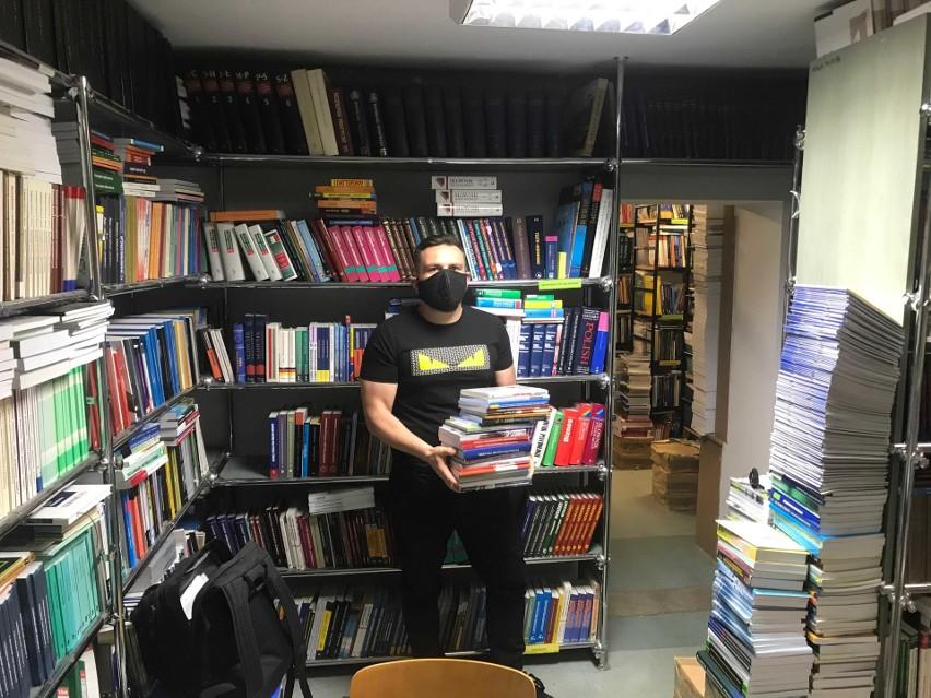 Ostatnią rzeczą, o jaką powinni martwić się nasi studenci, to kary za nieoddanie książek - mówi Marcin Oleksiuk.