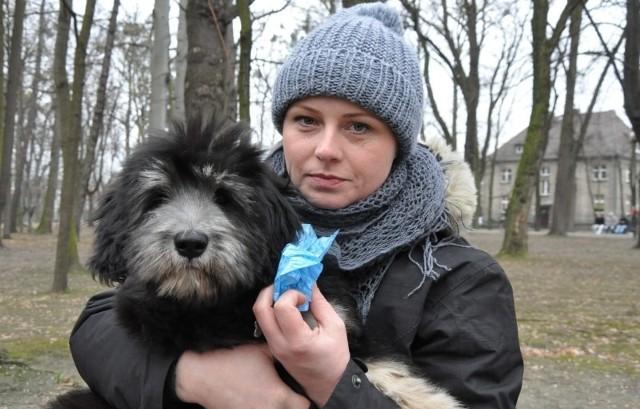 - Chodzę do parku na spacer z moim psem Ezopem zawsze z woreczkami na psie kupy - pokazuje Aneta Domańska. - Taka rolka kosztuje 2 zł, jest w niej 20 woreczków. Każdy właściciel psa powinien je mieć.
