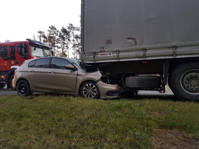 Na autostradzie A2 doszło do zderzenia osobówki i z samochodem ciężarowym.
