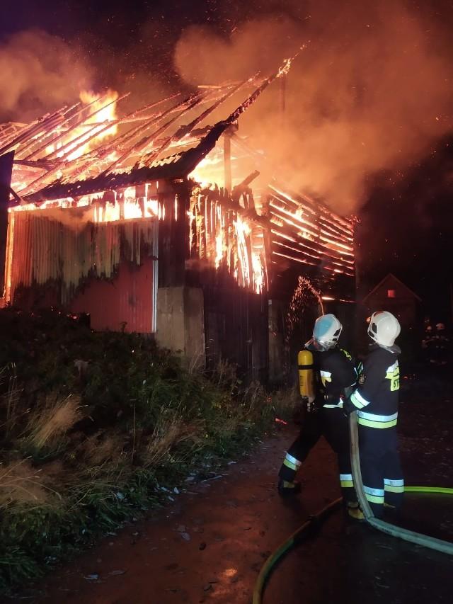 Rok 2020 przyniósł strażakom dodatkowe zadania związane z pandemią. Nie tylko gasili pożary, ratowali w razie powodzi itp. ale też dowozili żywność osobom na kwarantannie i dezynfekowali przystanki