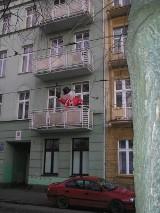 Bałwan na balkonie macha do przechodniów
